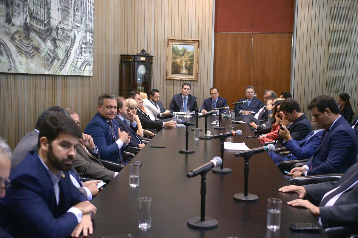 Em visita a Alesp, governador responde às demandas de parlamentares