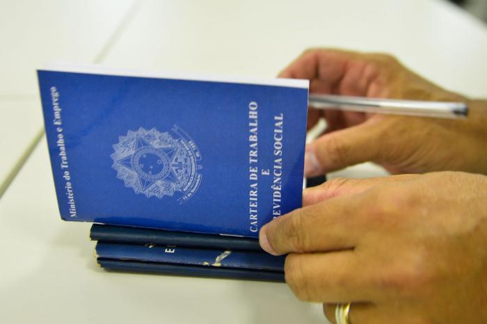 Medo do desemprego aumenta e satisfação com a vida diminui, diz CNI
