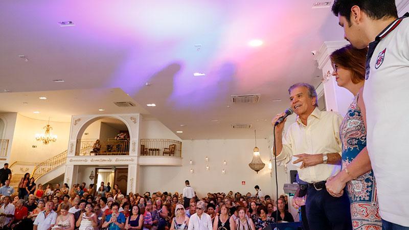 Baile com 1 mil pessoas confraterniza programa Longevidade Ativa