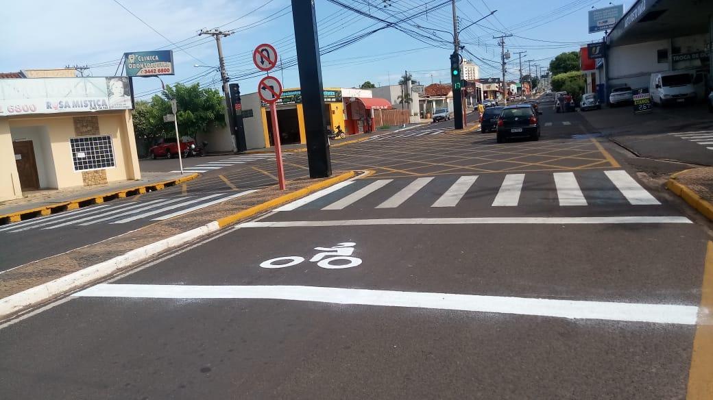 Prefeitura começa projeto piloto e instala faixa para motociclistas