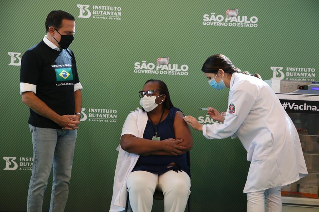 Primeira vacinada do país, enfermeira Mônica Calazans ajuda a salvar vidas em SP