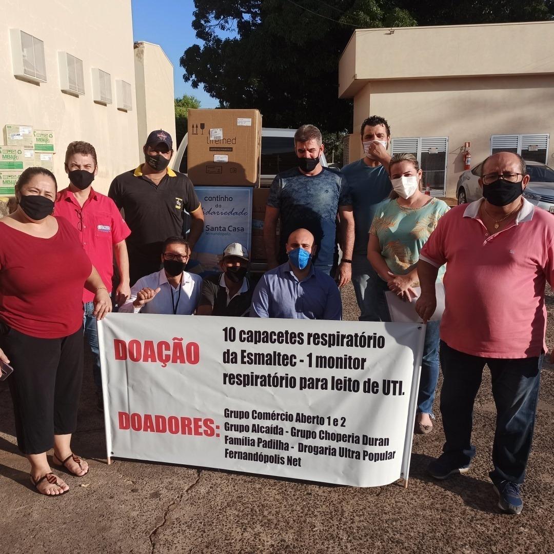 Grupo Comércio Aberto Fernandópolis entrega elmos respiratórios e monitor para a Santa Casa