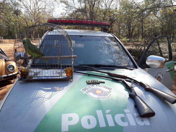 Polícia Ambiental prende homem com Armas e papagaio em rancho em Votuporanga