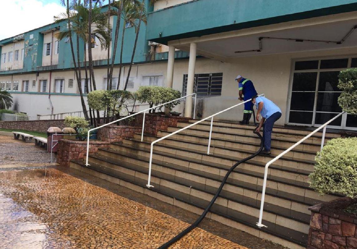 Calçadas e estacionamentos da UPA, Santa Casa e CADIP são desinfetadas em Fernandópolis