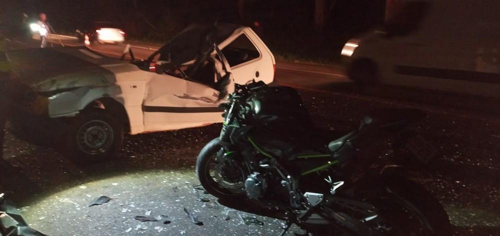 Acidente entre carro e moto deixa dois mortos em rodovia da região