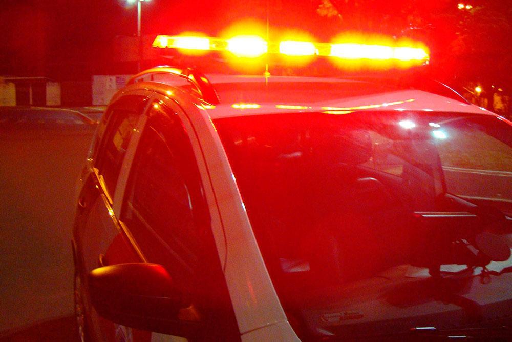 Homem é preso após agredir namorada e ferir policial